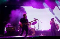 Bassist van een band op het podium