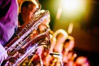 Close-up van een saxofonist